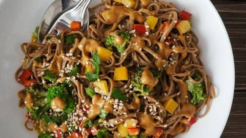 Soba noodles solata z brokolijem, papriko in arašidovim prelivom