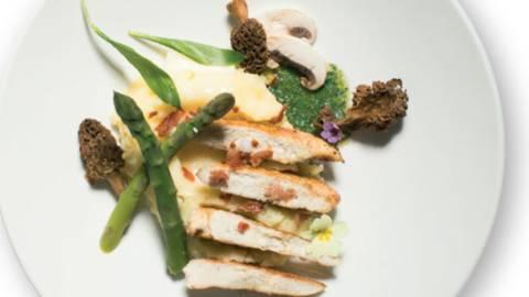 Piščančji file v limonino-koromačevi omaki s solato iz zelenih jabolk in korena zelene