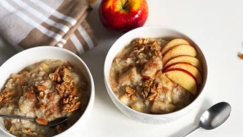 Slasten jabolčni riž z jabolki in orehi