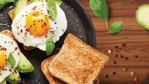 Toast z avokadom in jajcem