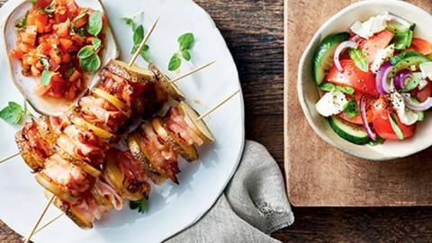 Krompirjeva nabodala s slanino in paradižnikovo omako
