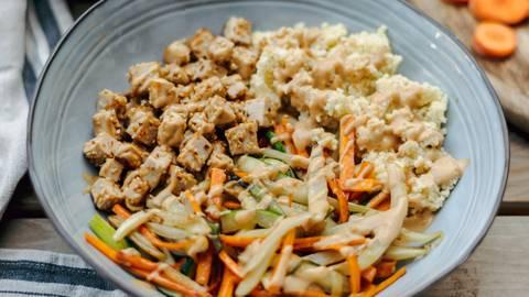Prosena kaša s tofujem, zelenjavo in sezamom