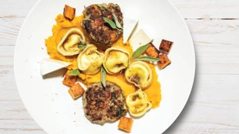 Hrustljavi mesni polpeti in bučni tortelini s kostanjem v žajbljevi omaki