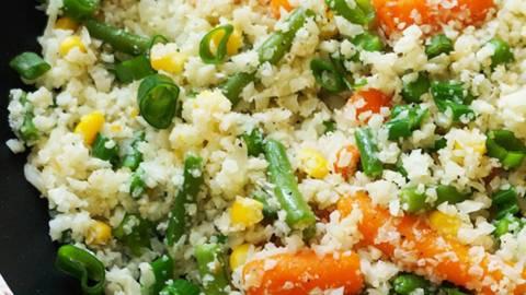 Cvetačni riž z mešano zelenjavo, ingverjem in mlado čebulo