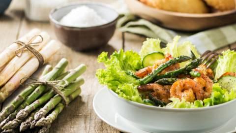 Zelena solata z repki škampov in zelenimi šparglji