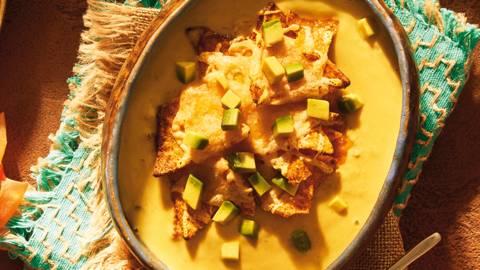 Avokadova juha s taco skorjo po mehiško