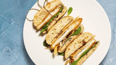 Alpski sendvič s puranom po dunajsko, hrustljavim pastinakom in majonezo z brusnicami in ocvirki