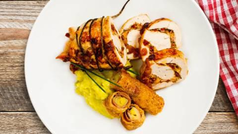 Polnjene puranje prsi z gorgonzolo in s pršutom, svaljki z masleno omako in ocvrtimi listi čemaža