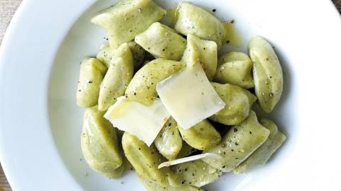 Krompirjevi svaljki ali ocvrtki s špinačo