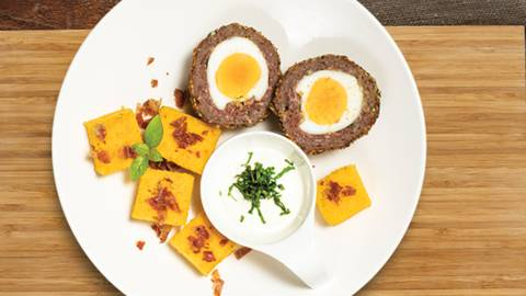 Mesno jajčne XXL panirane kroglice, pečena polenta s pršutom in jogurtova omaka