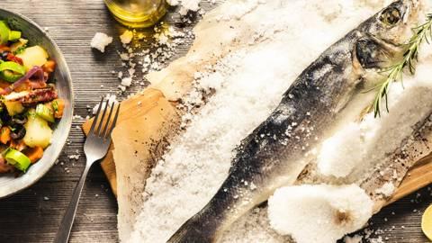Riba v soli, ligenj v solati, vse na žaru