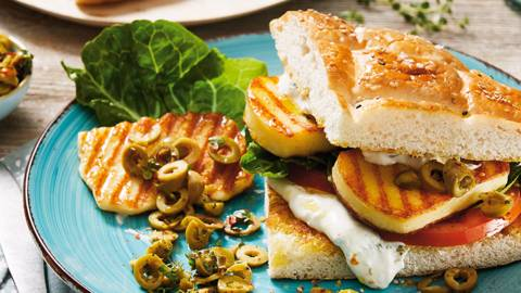 Popečen sendvič s sirom halloumi