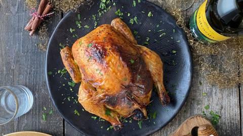 Počasi pečen, s semeni in brusnicami nadevan piščanec