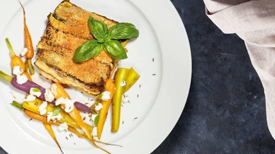 Lazanja z mletim mesom in bučkami, korenčkova solata s kozjim sirom in praženimi semeni kumine