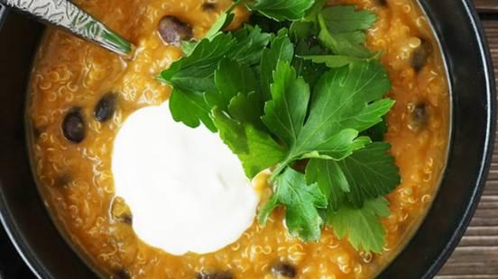 Mehiški čili s sladkim krompirjem, kvinojo in črnim fižolom