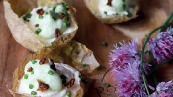 Krompirjeve skledice z lososovo peno in avokadovo kremo