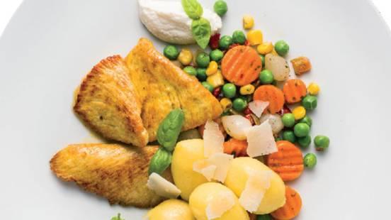 Puranje prsi s krompirjevimi njoki, sotirano zelenjavo in velikonočno hrenovo skuto