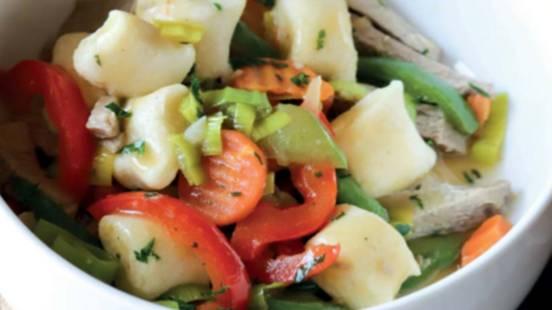 Govedina v zelenjavni omaki s krompirjevimi njoki