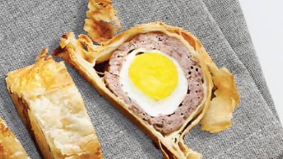 Mesna štruca v hrustljavem ovoju z grško solato in grškim zeliščnim jogurtom