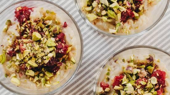 Veganski mlečni riž z malinami in pistacijami