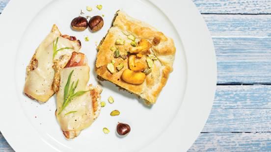 Piščančji prsni fileji s kraško dimljeno panceto in trapistom, pita s kostanjem, jurčki in pistacijami