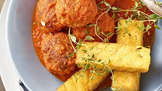 Mesne kroglice v paradižnikovi omaki s hrustljavo polento