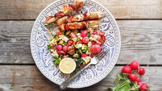 Pražene redkvice, brokoli s sirom v slanici in medenim prelivom