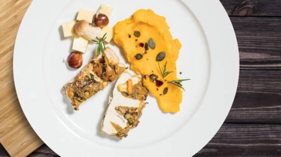 Pečene puranje prsi z jesenskim nadevom na bučnem pireju v družbi izbranih sirov