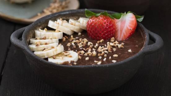 Čoko-ovsena kaša z banano, čokolado in jagodami