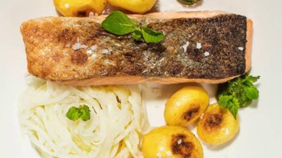 Lososov file »sous vide« z marinirano kolerabo, domačim pestom in praženim krompirjem v oblicah