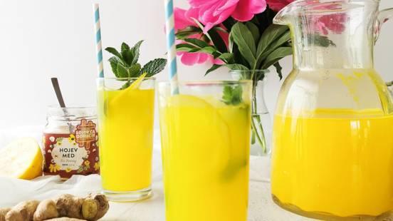 Limonada s kurkumo in ingverjem