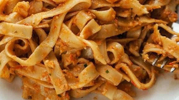 Rezanci s pestom iz pečenih paprik