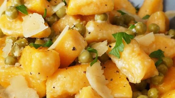 Njoki iz sladkega krompirja v masleni omaki