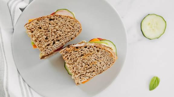 Veganski sendvič z bazilikovim pesto humusom