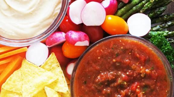 Party krožnik s tortilija čipom, zelenjavo, paradižnikovo salso in humusom