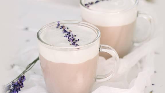 Mlačni mlečni kapučino s sivko