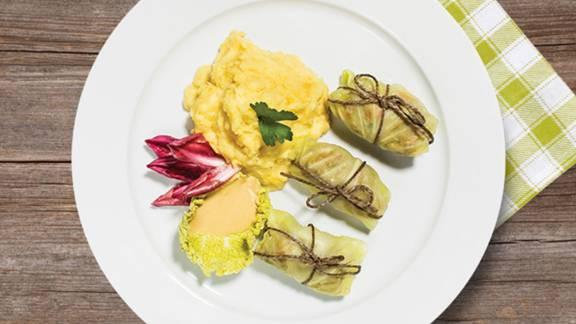 Zeljni zvitki z mletim mesom na kremnem krompirjevem pireju z gorčično medeno omako