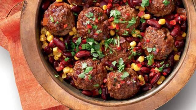 Mehiške kroglice iz mletega mesa s pikantno omako iz paradižnikov, koruze in fižola