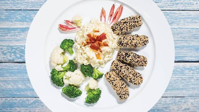Čevapčiči v sezamovi skorjici na kremni rižoti s penino in solato iz brokolija in cvetače
