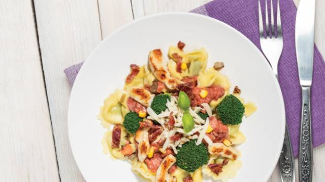 Piščančja omaka z brokolijem, brezglutenski tortelini z rikoto in s špinačo in hrustljavo panceto