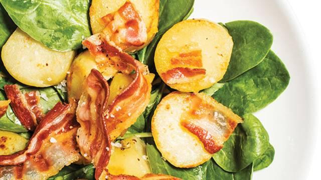Krompirjevo-špinačna solata s koščki slanine