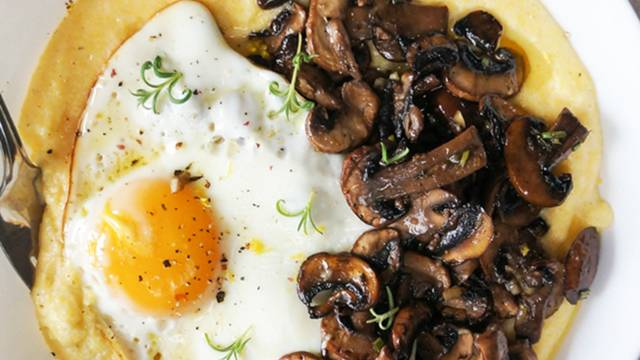 Mascarpone polenta z pečenimi gobicami in jajcem