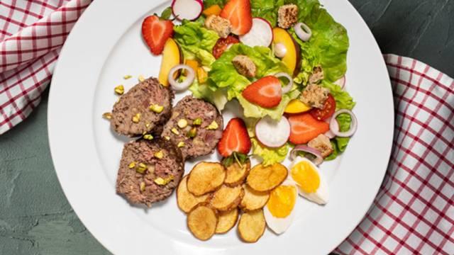 Polpeton z mocarelo in pečenim pršutom, hrustljav krompirček in pisana poletna solata
