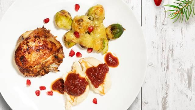 Božična pojedina: hrustljav piščanec s prazničnimi skutnimi žličniki in gratiniranim brstičnim ohrovtom s sirom