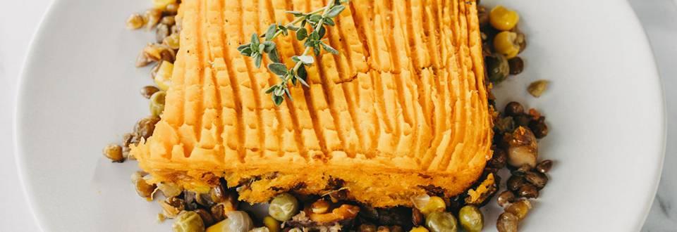 Brezglutenska pastirska pita z lečo in sladkim krompirjem