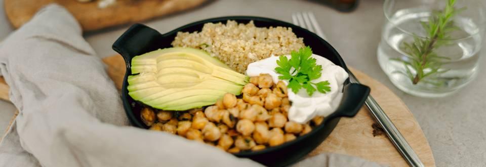 """Kvinojina """"rižota"""" s popečeno čičeriko in avokadom"""