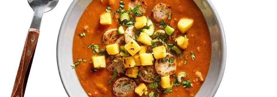 Fižolova juha s popečeno pečenico in polnozrnato polento