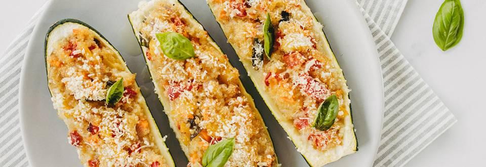 Nadevane bučke s kvinojo in zelenjavo