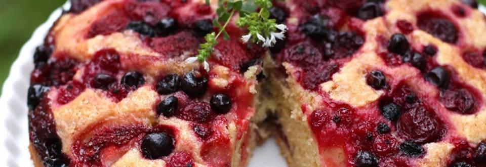 Masleni kolač z gozdnimi sadeži