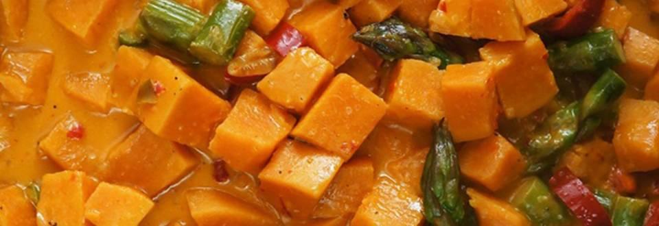 Curry iz sladkega krompirja, špargljev in paprike na rižu